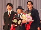『第31回日刊スポーツ映画大賞』授賞式に出席した(左から)石井裕也監督、白石和彌監督、井浦新 (C)ORICON NewS inc.