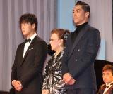 『第31回日刊スポーツ映画大賞』授賞式に出席した(左から)竹内涼真、石原まき子夫人、AKIRA (C)ORICON NewS inc.
