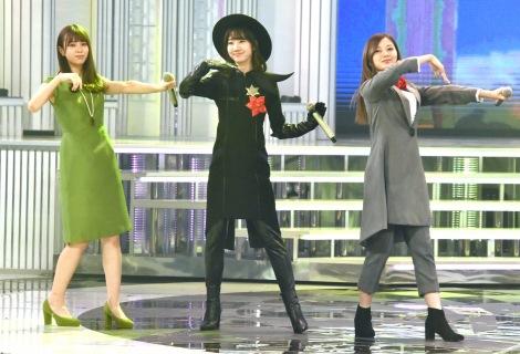 『第69回NHK紅白歌合戦』で行われる「夢のキッズショー」のリハーサルに参加した(左から)小林由依、柏木由紀、白石麻衣 (C)ORICON NewS inc.