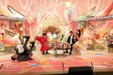 高橋ユウの迫力にのけぞる桂文枝=『新婚さんいらっしゃい!美人モデルSP』(C)ABC