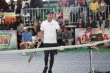 テニス対決に参戦する木梨憲武=『夢対決2019 とんねるずのスポーツ王は俺だ!! 5時間スペシャル』1月2日、テレビ朝日系で放送(C)テレビ朝日