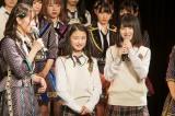 チームBIIに昇格した研究生の塩月希依音(左)、山本望叶(C)NMB48