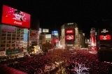 Little Glee Monsterが渋谷駅の巨大ビジョンをジャックし、新年を祝う歌声を披露