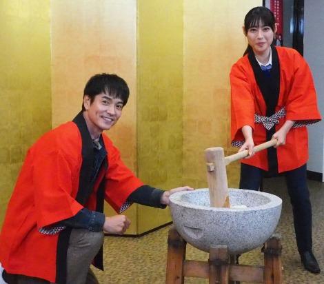 『刑事ゼロ』制作発表会見で餅つきを行った(左から)沢村一樹、瀧本美織 (C)ORICON NewS inc.
