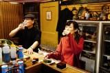 BSテレ東連続ドラマ『ワカコ酒 Season4』第7夜「素敵な出会い」に出演した吉田類、武田梨奈 (C)2019「ワカコ酒4」制作委員会