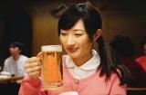冷たい生ビールを飲みながらマグロ解体ショーを待つワカコ(C)2019「ワカコ酒4」製作委員会
