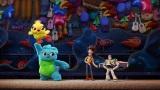 『トイ・ストーリー4』の新キャラクター、アヒルのぬいぐるみ「ダッキー」と、鮮やかな青と緑のモフモフの毛が特徴のうさぎのぬいぐるみ「バニー」。ウッディやバズよりだいぶデカイ(C)2019 Disney/Pixar. All Rights Reserved.