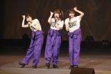 寸劇ゲストとして2期生の(左から)駒田京伽・冨吉明日香・坂口理子がサプライズ出演(C)AKS