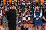 バラエティー番組『AKBINGO!』に出演する山田孝之(左) (C)日本テレビ