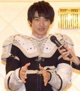上着を脱ぎオートレースのプロテクターを見せる平田雄也 (C)ORICON NewS inc.