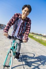 沢城千春ファースト写真集『しゃべらなきゃイイ男』誌面カット(東京ニュース通信社刊)