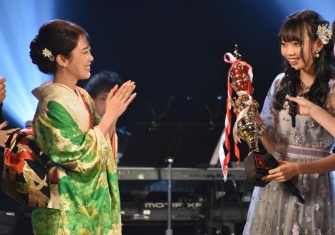 丘みどりから優勝トロフィーを授与された野島樺乃=『AKB48グループ歌唱力No.1決定戦』決勝大会(C)ORICON NewS inc.