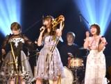 優勝し特効の金テープを掲げる野島樺乃=『AKB48グループ歌唱力No.1決定戦』決勝大会 (C)ORICON NewS inc.