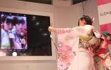 かわいく撮れる2ショットと伝授する木村と橋下=『振袖TEENS』お披露目イベントに出席 (C)ORICON NewS inc.
