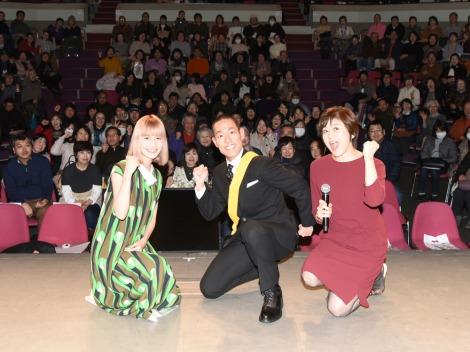 「いだてん」トークツアー in 青森県八戸市に参加した中村勘九郎(中央)と橋本愛(左)(C)NHK