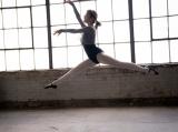 バレリーナ姿でダンスを披露した生田絵梨花=写真集『インターミッション』先行カット(撮影/中村和孝)