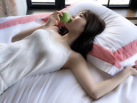 """生田絵梨花""""白雪姫""""風ショット=写真集『インターミッション』先行カット(撮影/中村和孝)"""