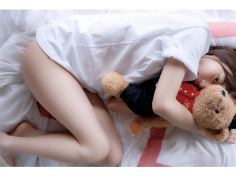サムネイル ヘルシーな美脚を披露した生田絵梨花=写真集『インターミッション』先行カット(撮影/中村和孝)