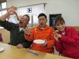 『サンドのこれが東北魂だ ニッポン全国!アツいぜ!おでん 三陸・石巻より愛をこめて』(1月27日放送)サンドウィッチマン(伊達、富澤)、鈴木奈々(C)TBC