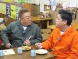 創業70年の老舗で静岡おでんを食すサンドウィッチマン(伊達、富澤)=『サンドのこれが東北魂だ ニッポン全国!アツいぜ!おでん 三陸・石巻より愛をこめて』(1月27日放送)(C)TBC