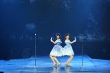 「てもでもの涙」を披露する(左から)チャープラン、岡田奈々=タイ・バンコクで初開催された『AKB48 Group Asia Festival 2019』より(C)AKS
