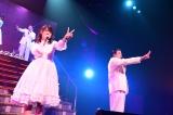 元トップリードの和賀勇介と「2人はデキテル」をデュエット(C)AKS