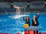 イルカと戯れた(左から)関口メンディー、LiLiCo=映画『アクアマン』のジャパンプレミアイベント (C)ORICON NewS inc.