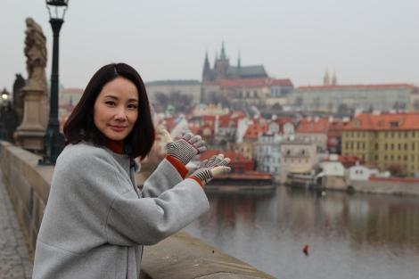 2月3日放送の『吉田羊、プラハ・ウィーンへ ヨーロッパに嫁いだなでしこ物語』カレル橋にて (C)読売テレビ