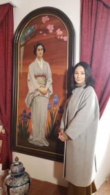 2月3日放送の『吉田羊、プラハ・ウィーンへ ヨーロッパに嫁いだなでしこ物語』 光子肖像画と吉田羊(C)読売テレビ