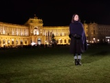 2月3日放送の『吉田羊、プラハ・ウィーンへ ヨーロッパに嫁いだなでしこ物語』 ホーフブルク宮殿前エンディング(C)読売テレビ