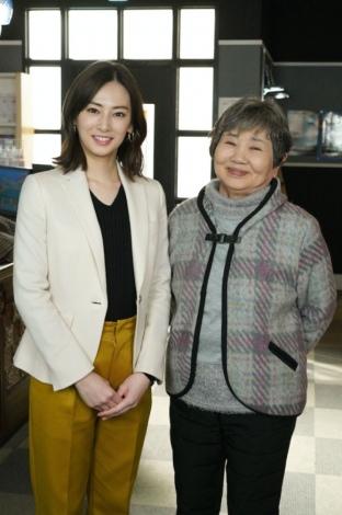 ドラマ『家売るオンナの逆襲』に出演する(左から)北川景子、泉ピン子 (C)日本テレビ