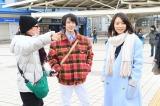 映画『美人が婚活してみたら』のメイキング写真 (左から)中村倫也、黒川芽以