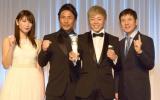 『K-1 AWARDS(アウォーズ)2018』の表彰式に出席した(左から)久松郁実、魔娑斗、武尊選手、関根勤 (C)ORICON NewS inc.