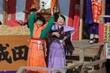 『「平成31年成田山節分祭」追儺豆まき式』に参加した安藤サクラ(左)と松坂慶子(C)NHK