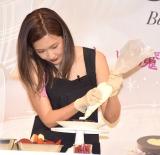 キットに挑戦した紗栄子=『バレンタイン コレクション2019』のプレス発表会 (C)ORICON NewS inc.