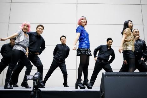 ベテラン芸人ユニットのビター&スイートが「抱いてみるかい?」を披露