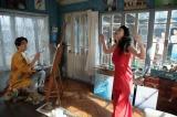 連続テレビ小説『まんぷく』第19週第105回より。 香田家・アトリエにて。秀子(壇蜜)の踊りに驚き、固まっている克彦(要潤)(C)NHK