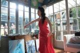 連続テレビ小説『まんぷく』第19週第105回より。 香田家・アトリエにて。「私、退屈だわ」と言って踊りだした秀子(壇蜜)(C)NHK