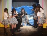 顔に粉がちゃんとついているかチェックを入れる松村香織=『SKE48松村香織 卒業コンサート 〜これで終わると思うなよ?〜』 (C)ORICON NewS inc.
