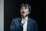 映画『シスターフッド』完成披露舞台あいさつに出席した西原孝至監督