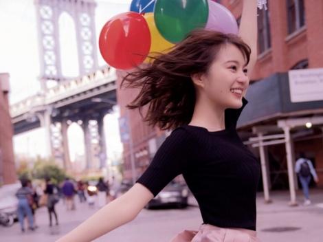 サムネイル NYブルックリンで風船を持ってジャンプする生田絵梨花(『インターミッション』収録カット)撮影/中村和孝