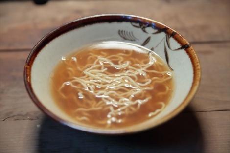 連続テレビ小説『まんぷく』戦後の闇市で福子と萬平が分け合って食べたラーメン(C)NHK
