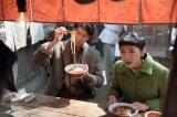 連続テレビ小説『まんぷく』屋台の主に失礼なことを言ってしまう萬平。夢中になると周りのことが見えなくなるところが玉にキズ(C)NHK