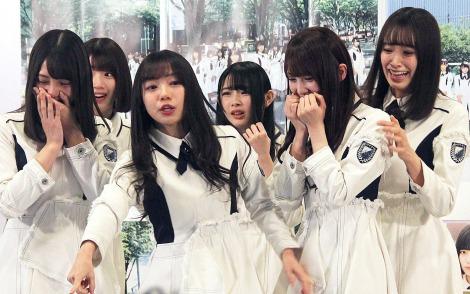 グループ名が「日向坂46」となることがサプライズ発表され驚くメンバーたち (C)ORICON NewS inc.