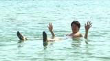 死海に浮かぶ千原ジュニア(C)ABC