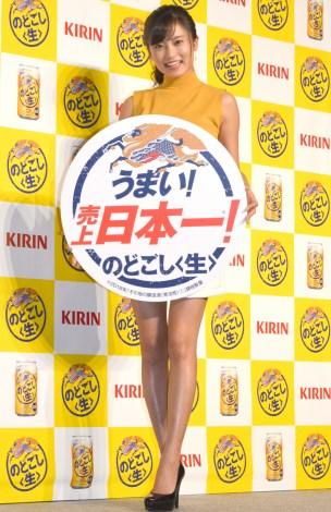 美脚を披露した小島瑠璃子=『キリン のどごし<生>』14年連続売上日本一祝い筆入れ式 (C)ORICON NewS inc.