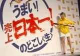 筆入れに挑戦した小島瑠璃子 (C)ORICON NewS inc.