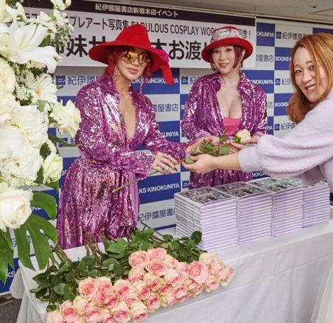 イベントでファン一人ひとりにバラのプレゼントをした叶姉妹