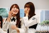 歓喜する加藤史帆(左)と感涙する佐々木久美