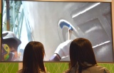 メンバーの藤原あずさ&矢野帆夏がSTU48号のプレートを塗装 (C)ORICON NewS inc.